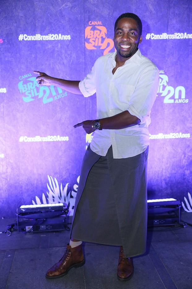 Lázaro Ramos surpreende ao vestir saia para evento no Rio (Foto: Anderson Borde/Agnews)