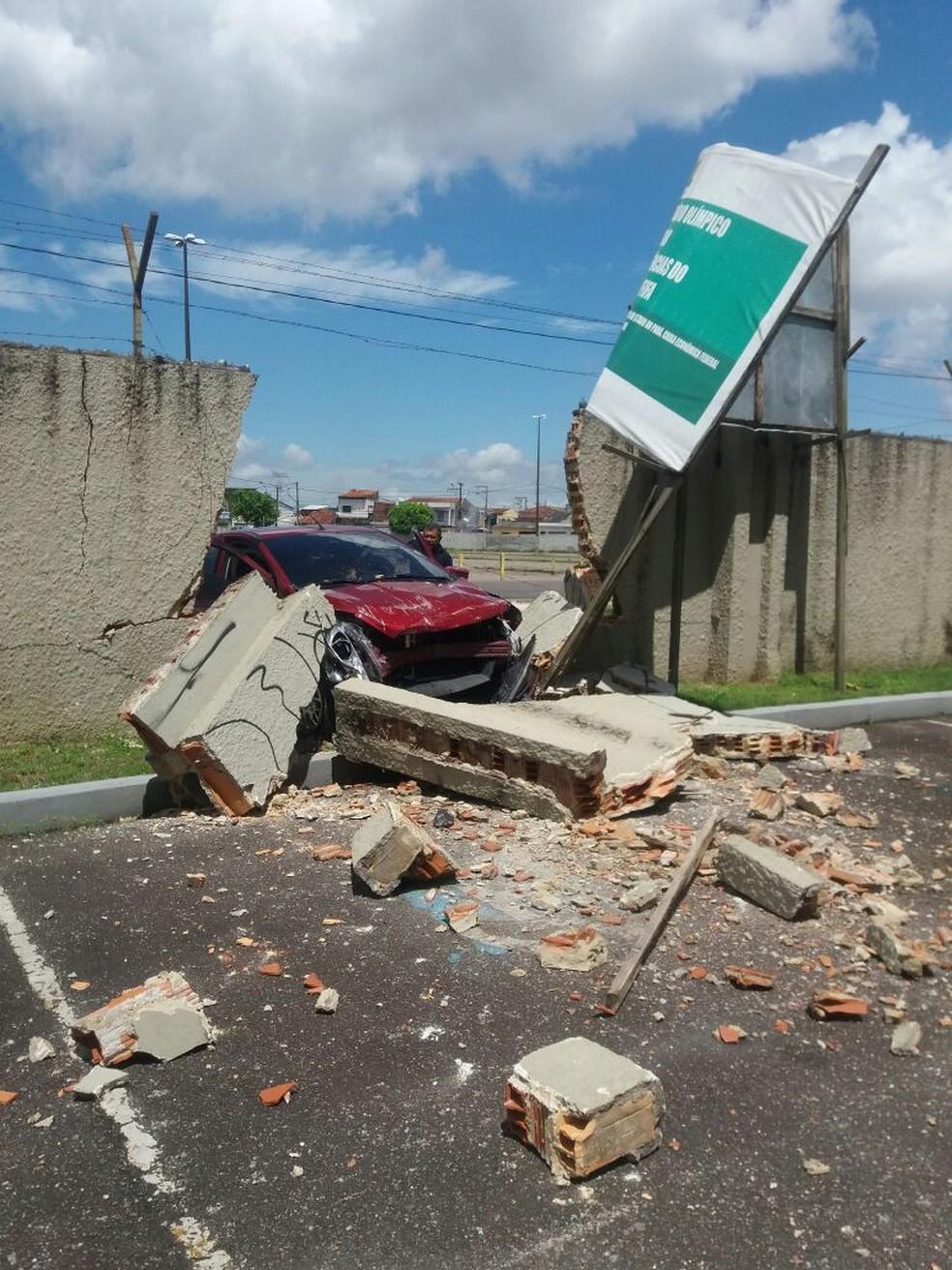 -  Motorista desmaia, perde controle do carro e bate no muro do estádio Mangueirão  Foto: Trânsito 24h Belém