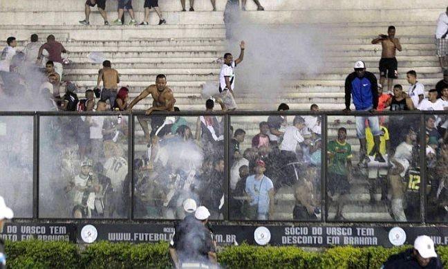 Briga nas arquibancadas de São Januário manchou clássico entre Flamengo e Vasco. Violência continuou fora do estádio (Foto: Guito Moreto / Agência O Globo)
