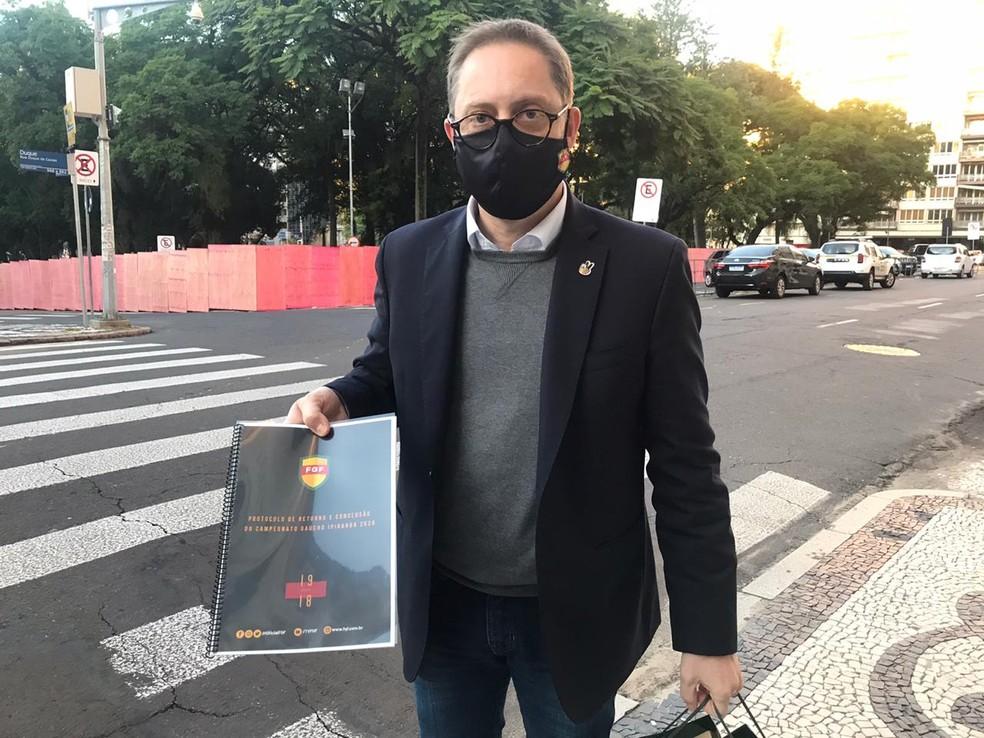 Luciano Hocsman chega para reunião com governador do RS — Foto: Paula Menezes