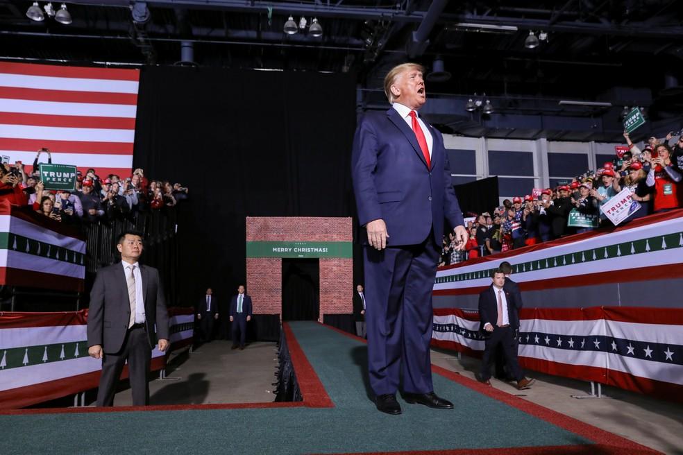 Trump fala em comício de Natal em Battle Creek enquanto a Câmara dos Deputados, em Washington votava a favor de seu impeachment — Foto: Reuters/Leah Millis