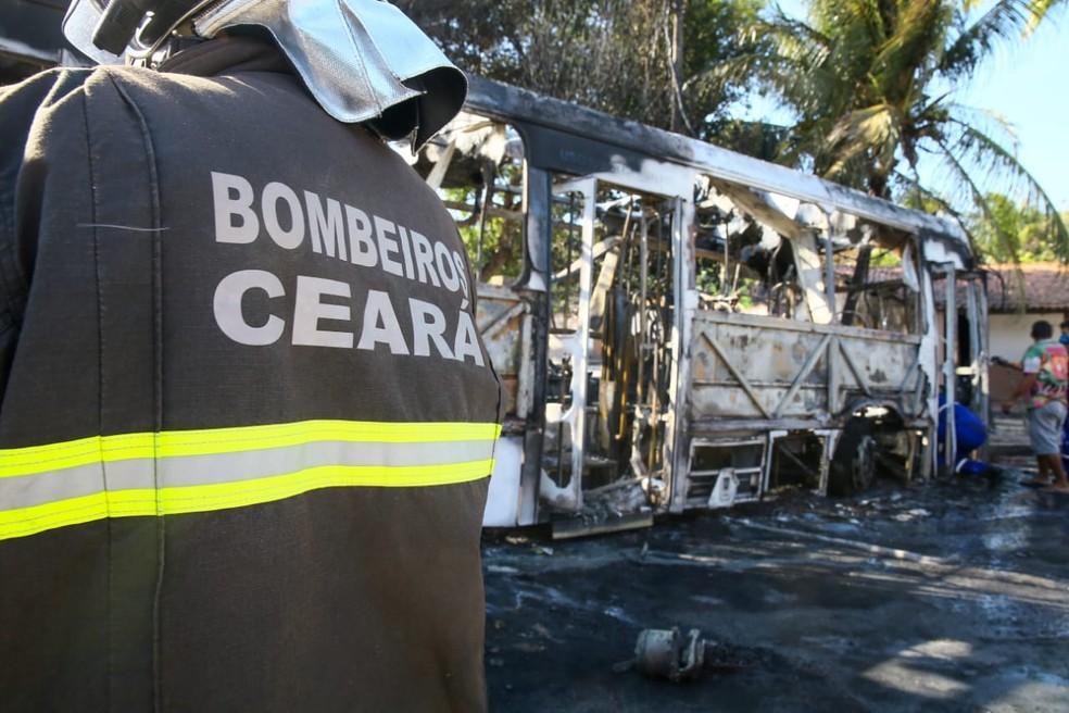 Ceará sofre onda de ataques contra ônibus carros e prédios públicos — Foto: Camila Lima/Sistema Verdes Mares