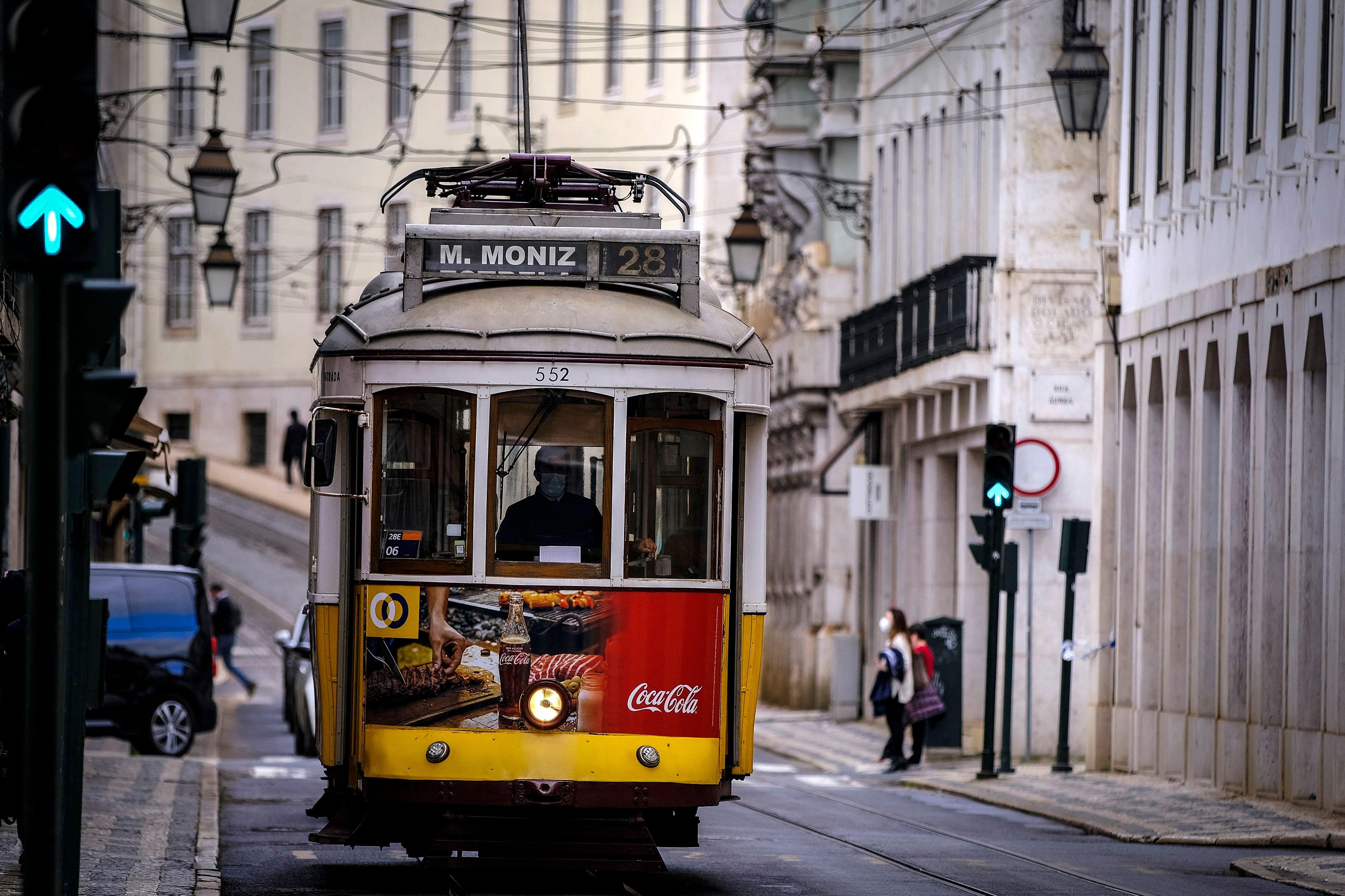 Um bondinho circula pelas ruas de Lisboa, em Portugal