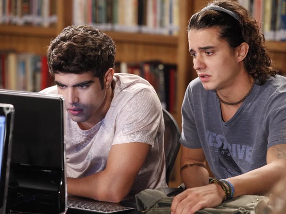 Antenor (Caio Castro) procura atriz para ser sua mãe pela internet em 'Fina Estampa' — Foto: Globo