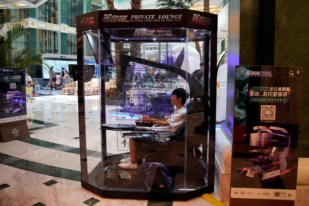China tem cabine com games em shopping para maridos esperarem mulheres durante compras (Foto: Aly Song/Reuters)