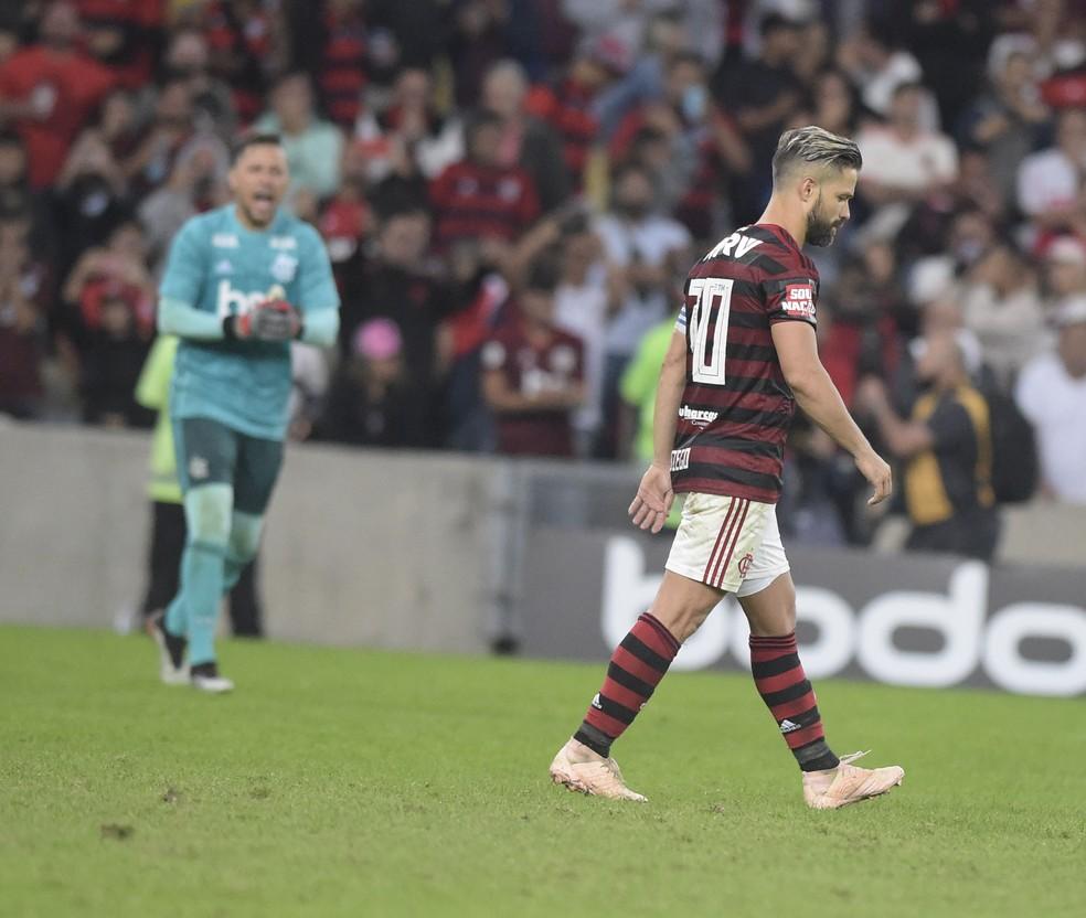Diego cabisbaixo depois de perder o pênalti — Foto: André Durão
