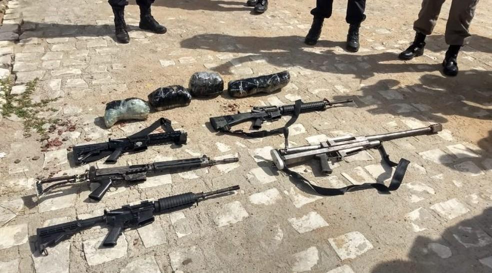 Quatro fuzis e uma metralhadora foram apreendidas em operação no Sertão da Paraíba — Foto: PMPB/Divulgação
