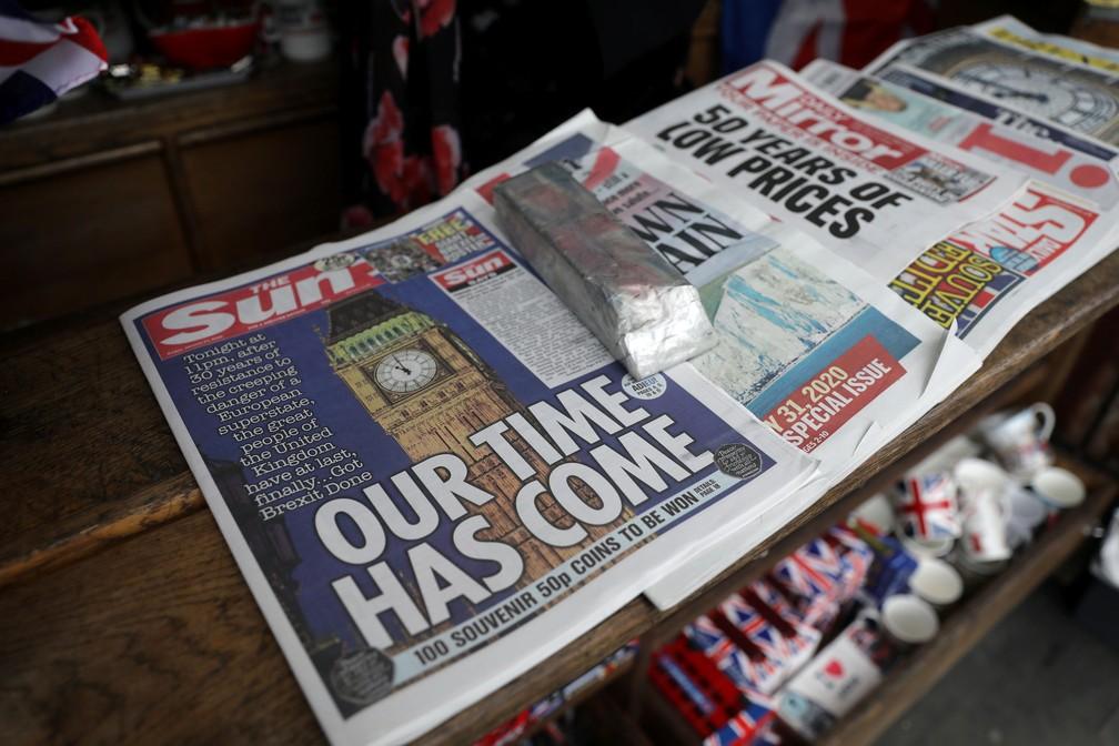 Jornais e souvernirs são vendidos em loja perto da Praça do Parlamento, em Londres, nesta sexta-feira (31), dia em que o Reino Unido deixa a União Europeia  — Foto: Simon Dawson/ Reuters