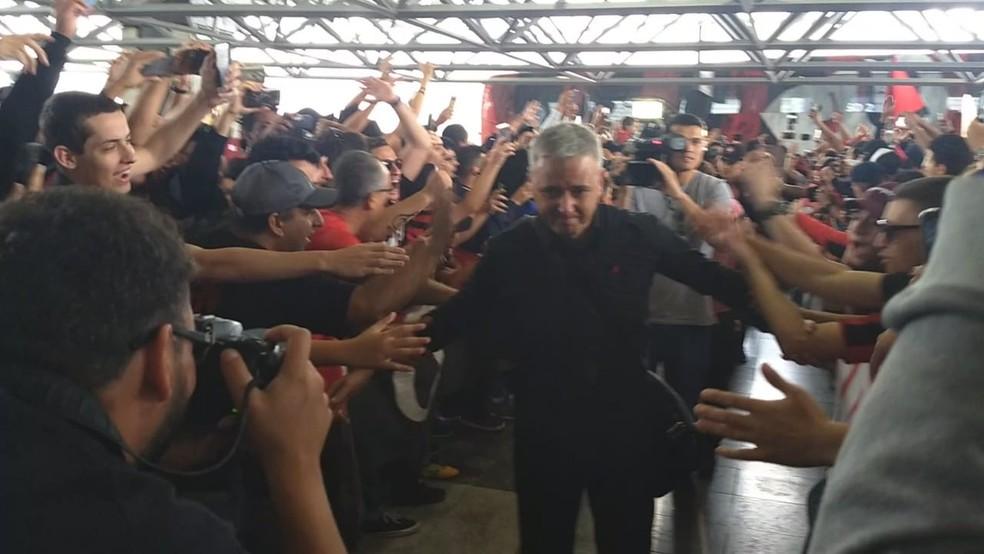 Técnico Tiago Nunes visivelmente emocionado com a despedida da torcida — Foto: Monique Silva