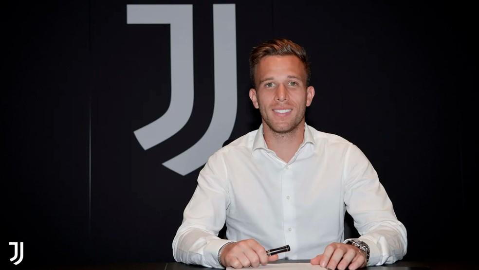 Arthur assina contrato com a Juventus até 2025, mas só mudará oficialmente de clube em setembro — Foto: Reprodução / Site Oficial