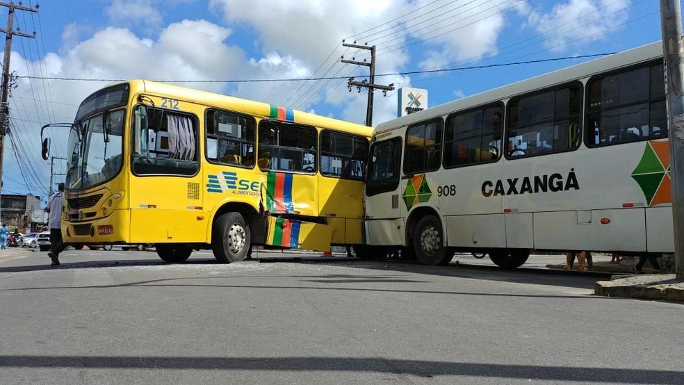 Acidente entre dois coletivos deixa pelo menos 16 pessoas feridas em Olinda (Foto: Bruno Fontes/TV Globo)