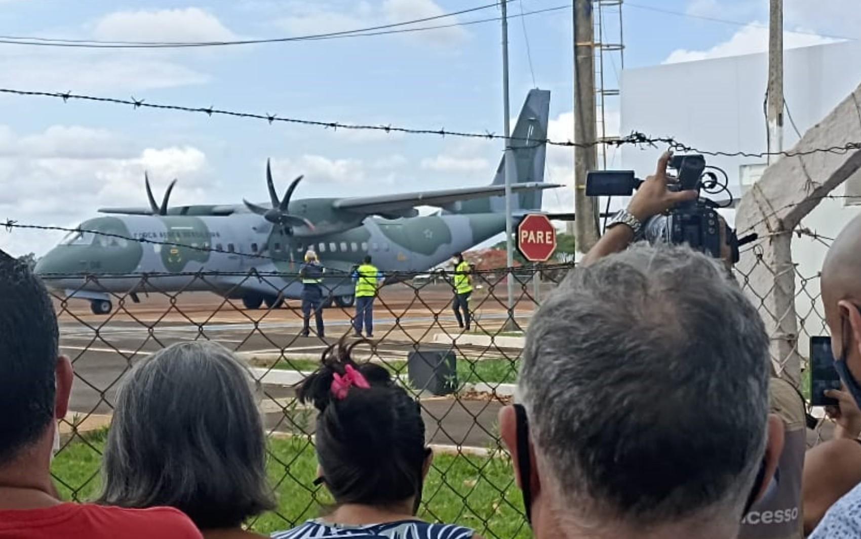Corpos de família morta em naufrágio no MS chegam a Rio Verde para velório
