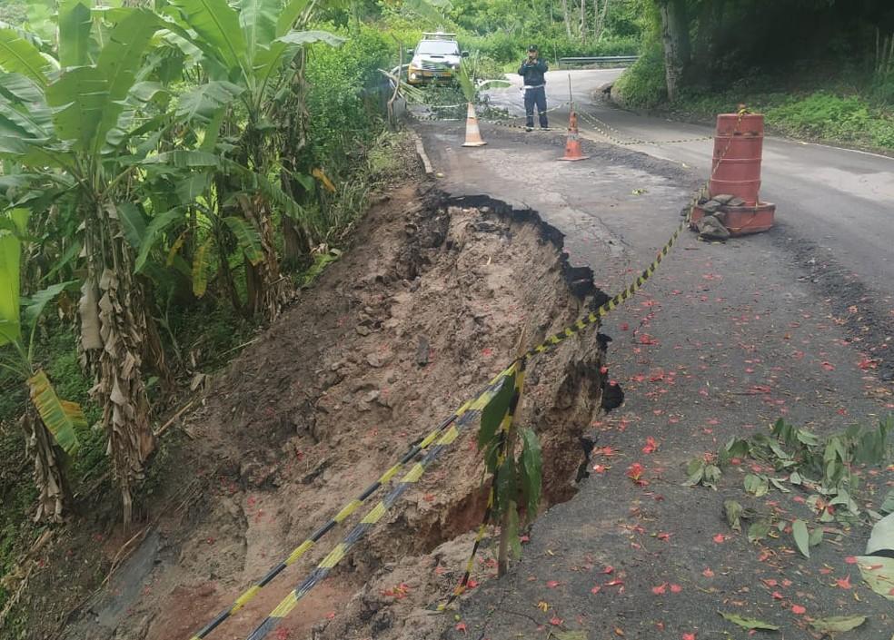 Parte do asfalto da rodovia cedeu e o trecho foi interditado — Foto: PRE
