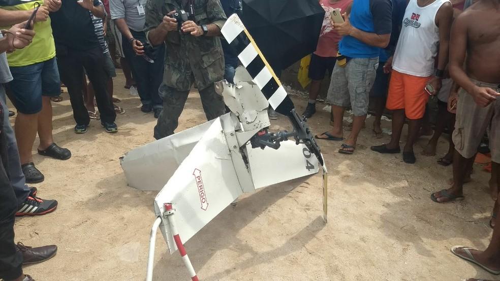 Parte da fuselagem do Globocop chegou à orla do Pina, na Zona Sul do Recife, por volta das 9h30 desta terça-feira (23) (Foto: Wanessa Andrade/GloboNews)