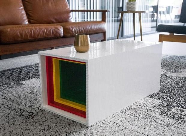 Branca, vermelha, amarela e verde, a mesa colore ao ambiente (Foto: Deezen/ Reprodução)