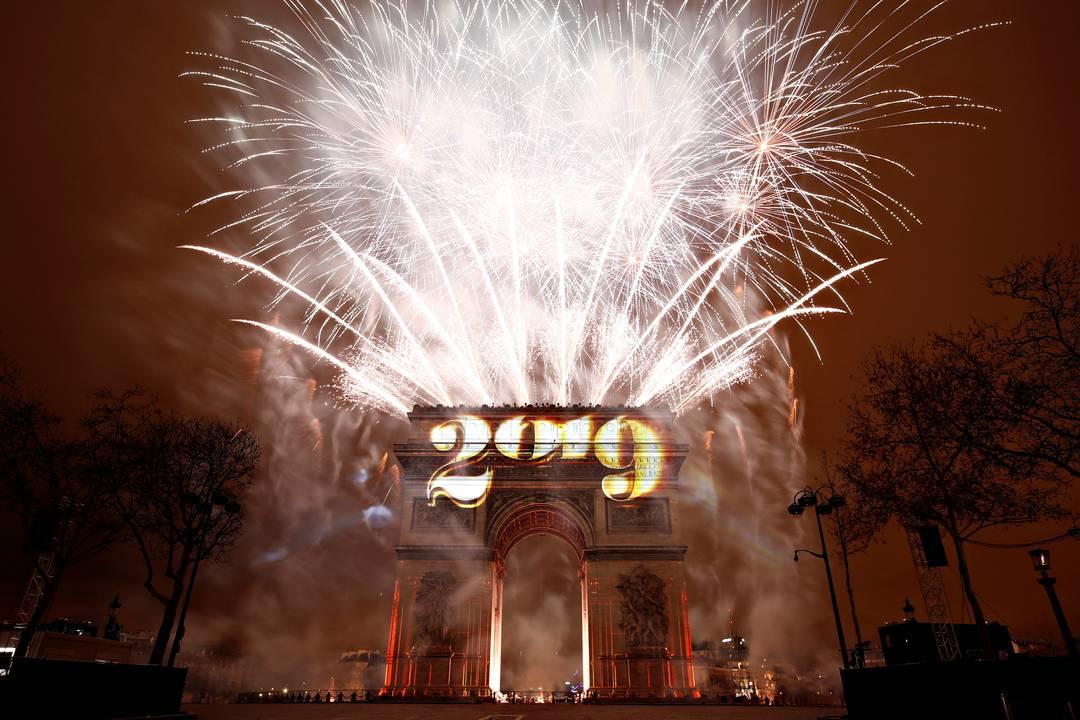 Fogos de artifício sobre o Arco do Triunfo marcam a chegada do Ano Novo em Paris, na França