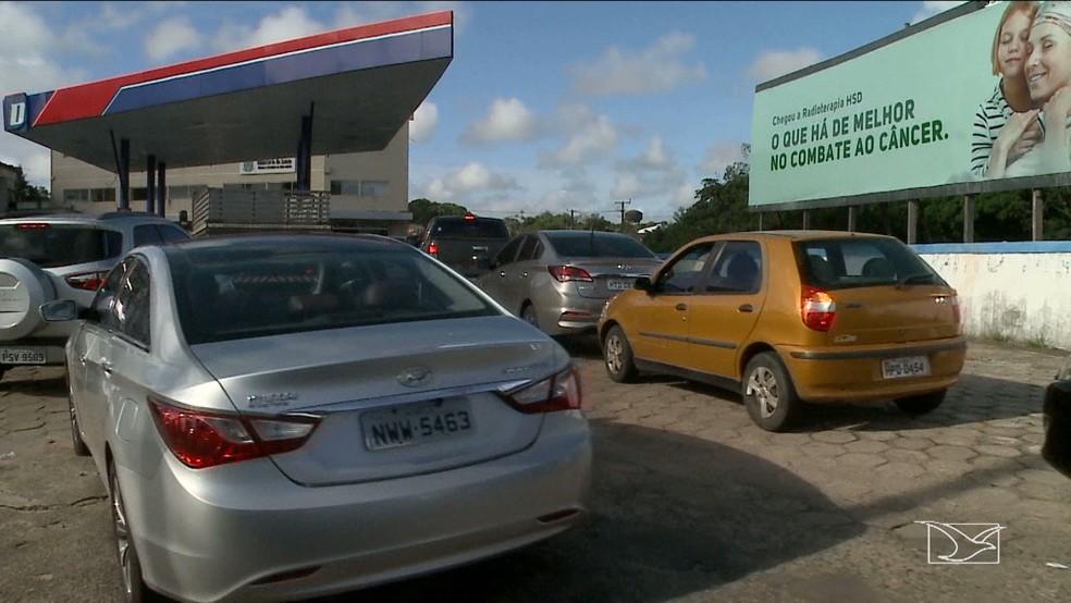 Enormes filas se formaram em postos que ainda tem gasolina, em São Luís, na manhã desta sexta (25) (Foto: Reprodução/TV Mirante)