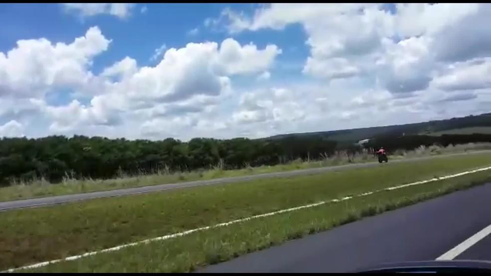 Motociclista é arremessado após dirigir na contramão e atingir carro na BR-020 em Brasília (Foto: Reprodução)