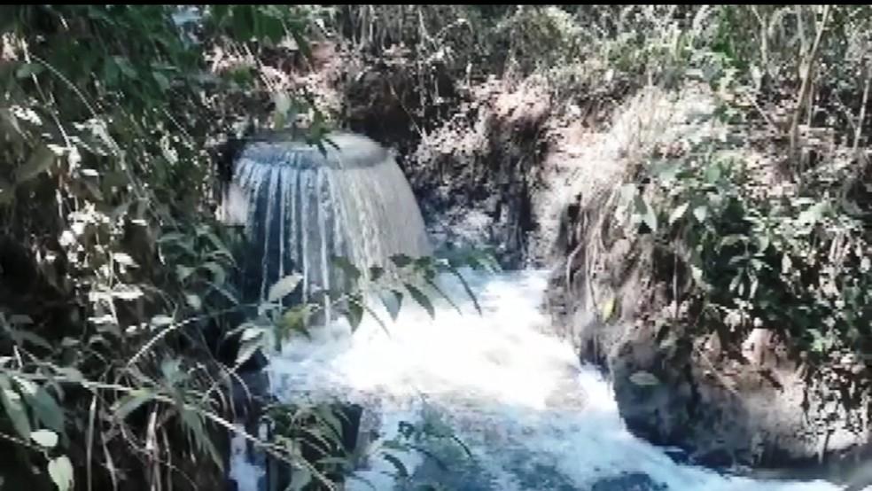 Moradores registram despejo de esgoto no Rio Verde em Vargem Grande do Sul — Foto: Imagens cedidas