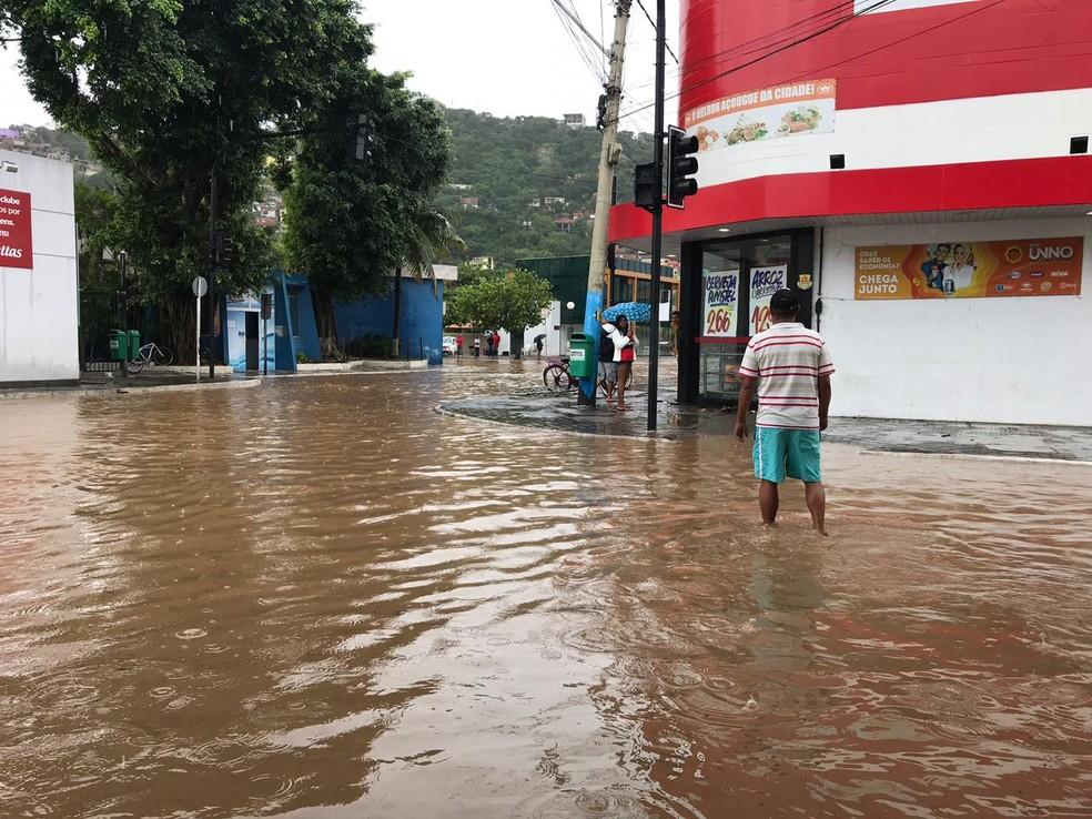 Centro de Arraial do Cabo, é tomado pela água — Foto: Laila Hallack/Inter TV