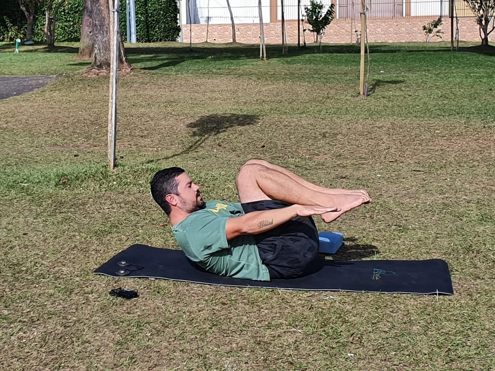 Aprenda alguns movimentos do Yoga orientado pelo professor Silvio Lopes — Foto: Amanda Menezes