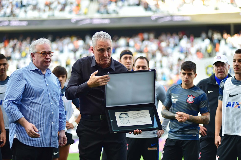 Tite recebe homenagem no Corinthians antes de ir para a seleção brasileira — Foto: Marcos Ribolli