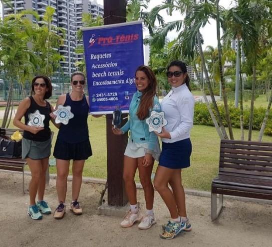 Da esquerda para a direita: As campeãs Simone Cruz e Joana Benito e as vice-campeãs Adriana Lima e Keiko Taguti