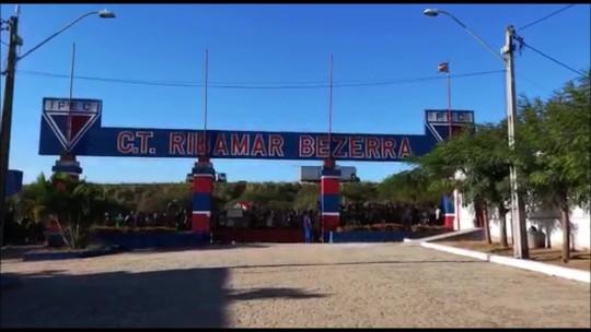 Torcida comparece em peso, mas Palmeiras faz treino fechado no CT do Fortaleza