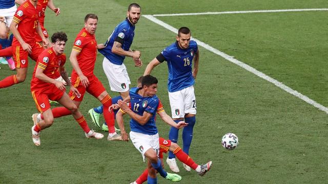 Pessina desvia de leve e faz o gol da Itália contra País de Gales