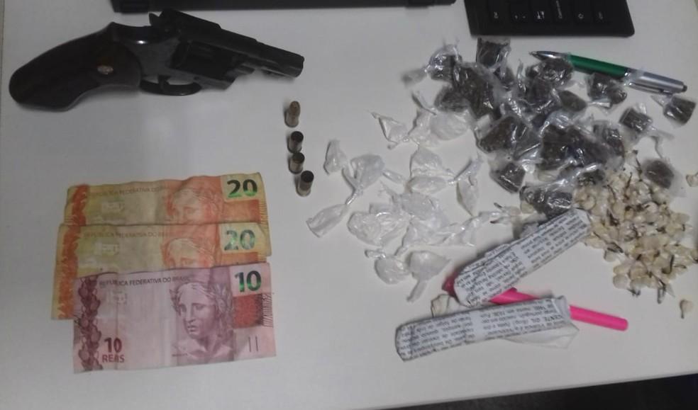 Polícia apreendeu um revólver, munições e drogas (Foto: Divulgação/TV Bahia)