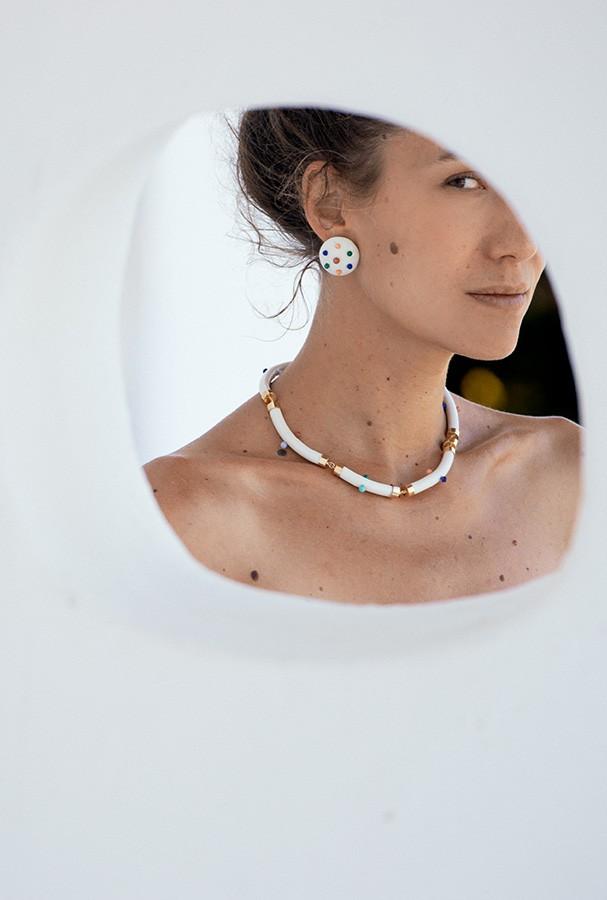 Paola e suas peças de porcelana, cristais e metais garimpados. Abaixo, a poesia da Eulíricas (Foto: Divulgação)