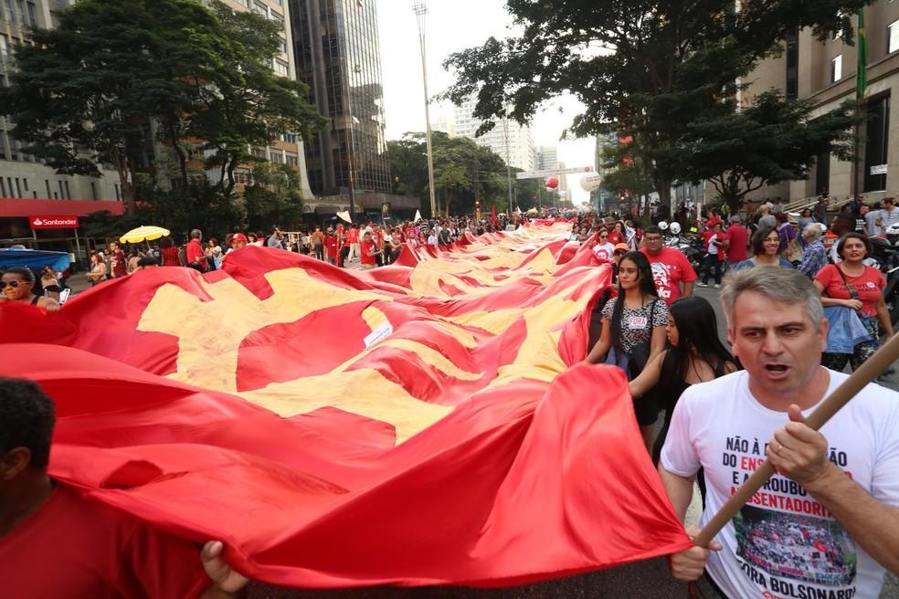 SÃO PAULO, 16h40: Bandeirão em protesto na Avenida Paulista — Foto: Celso Tavares/G1