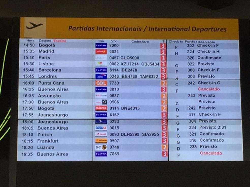 Painel mostra voos para Buenos Aires cancelados no aeroporto de Guarulhos (Foto: Abraão Cruz/TV Globo )