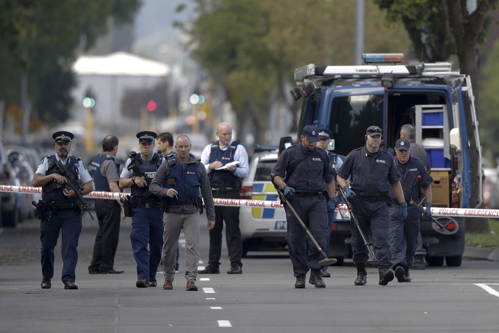 Policiais vasculham região próximo à mesquita alvo de atentado em Christchurch, Nova Zelândia, neste sábado (16) — Foto: Mark Baker/Reuters
