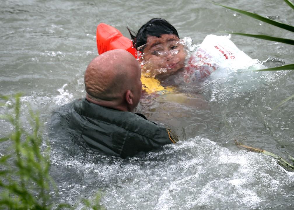 Um menino hondurenho de 7 anos foi resgatado, no dia 10 de maio, por agentes da fronteira no Rio Grande, na fronteira entre Estados Unidos e México. — Foto: Bob Own/The San Antonio Express-News via AP