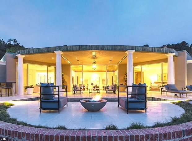 Uma fogueira fica à beira do terraço para aproveitar uma noite hollywoodiana com uma paisagem deslumbrante (Foto: MLS/ Reprodução)