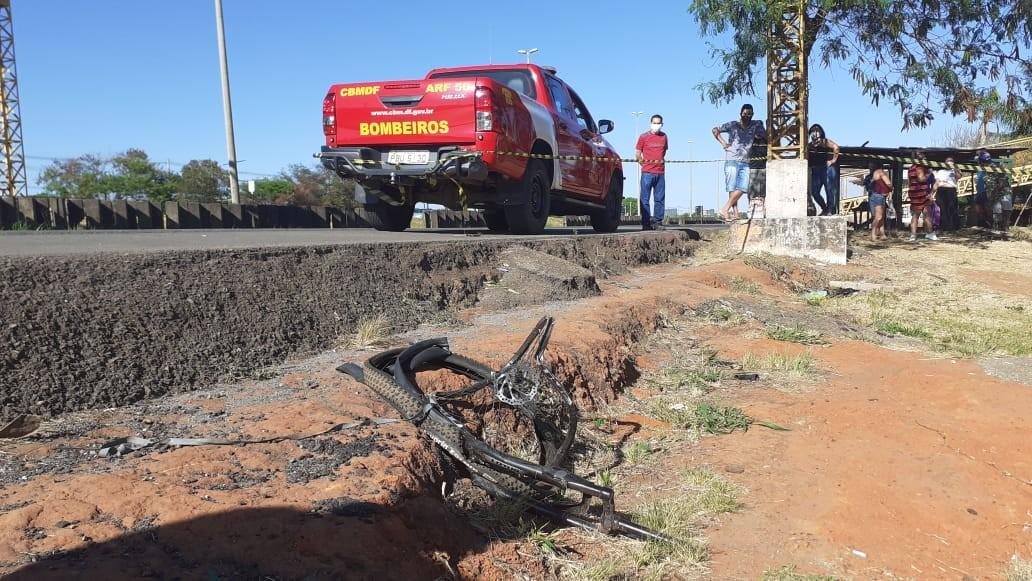 Após batida, carro atinge ciclista e deixa dois mortos em rodovia no DF