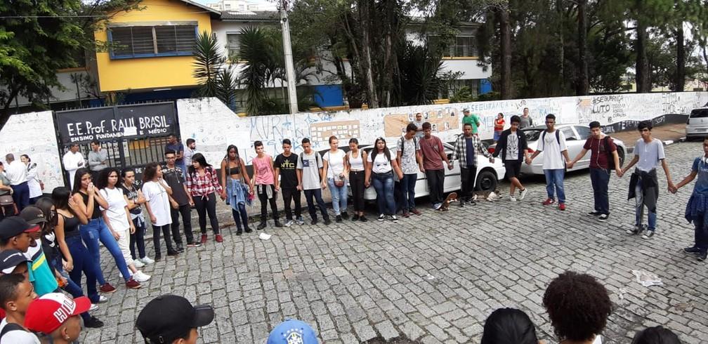 Alunos que vieram de Poá fazem roda em frente a Escola Raul Brasil em Suzano — Foto: Maiara Barbosa/G1