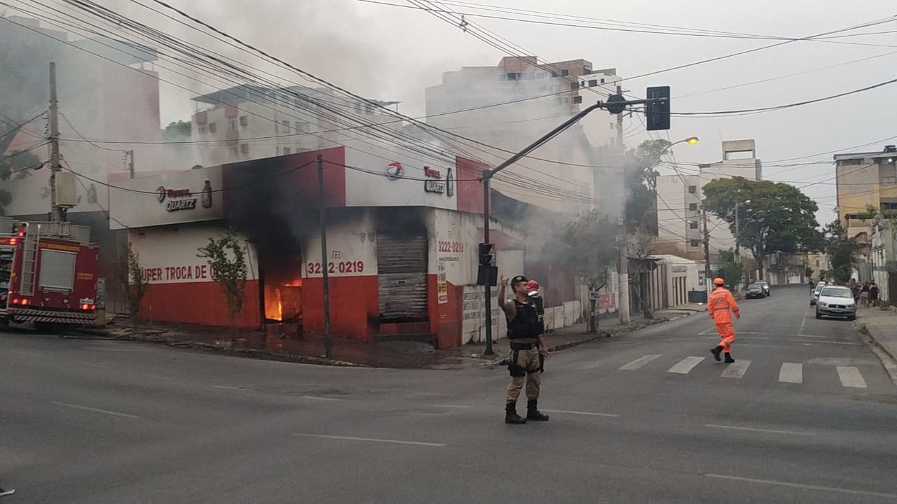 Empresa especializada em serviços automotivos pega fogo em Divinópolis - Notícias - Plantão Diário