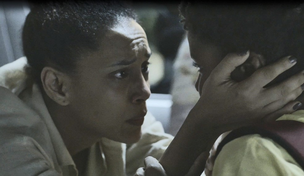 Vitória (Taís Araujo) garante que nunca pensou em devolver o filho  — Foto: Globo