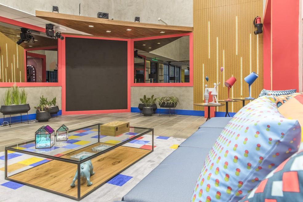 A sala do 'BBB21' tem detalhes em vermelho na decoração do #FeedBBB — Foto: Fábio Rocha/Globo