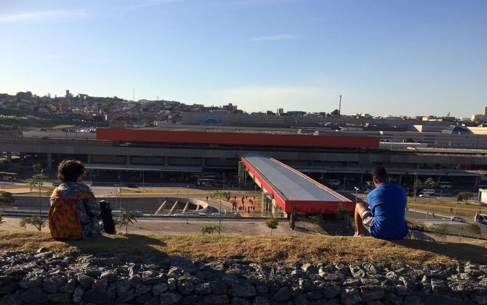 Espaço ao lado da Arena Corinthians virou mirante entre os jovens de Itaquera (Foto: Vivian Reis/G1)
