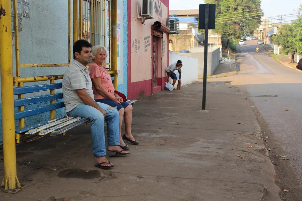 A aposentada Iane Leonor esperou mais de uma hora em parada de ônibus. (Foto: Pedro Bentes/G1)
