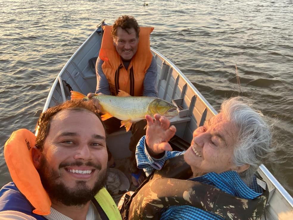 Dona Verônica acompanhada do neto pesca dourado no meio do rio Paraguai, em Corumbá (MS) — Foto: Deyvid Rizzo/Foto