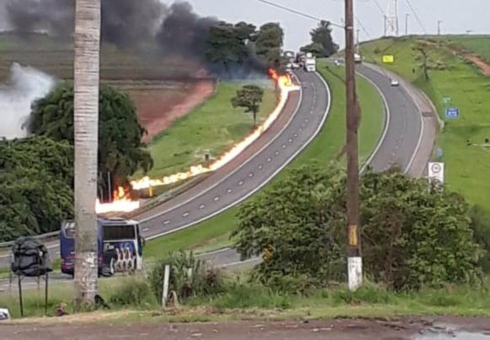 Caminhão explode e deixa rastro de fogo na Anhanguera em Porto Ferreira — Foto: Arquivo Pessoal