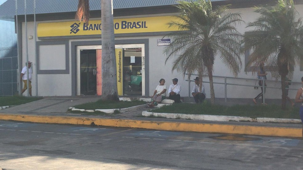 Agências de Milagres que seriam assaltadas abriram nesta segunda-feira (10) — Foto: Edson Freitas