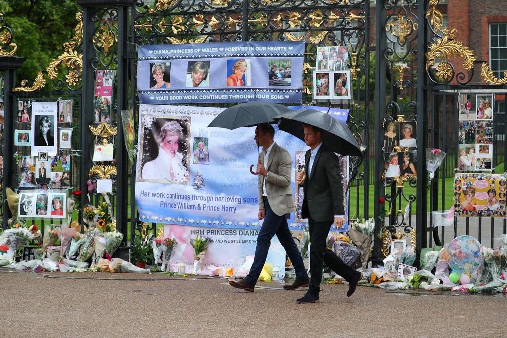 Príncipe William e príncipe Harry observam homenagens à princesa Diana em frente ao Palácio de Kensington (Foto: REUTERS/Hannah McKay)
