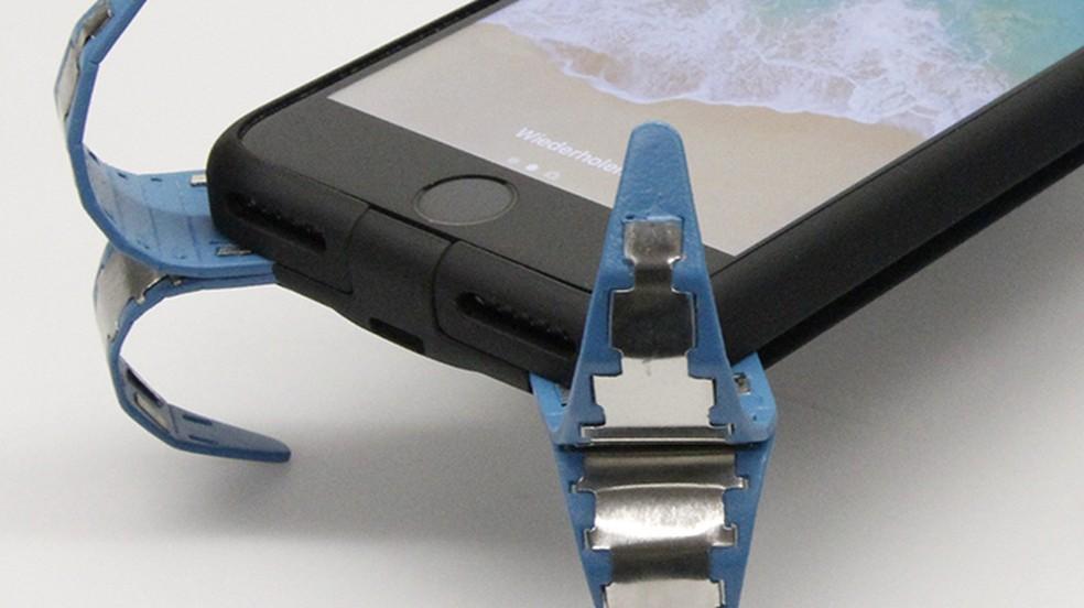 Capa tem sistema de molas que protege o celular de quedas (Foto: Reprodução/PREVIEW online)