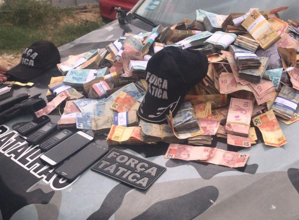 Dinheiro que seria roubado do banco foi apreendido. (Foto: Divulgação/ Polícia Militar)