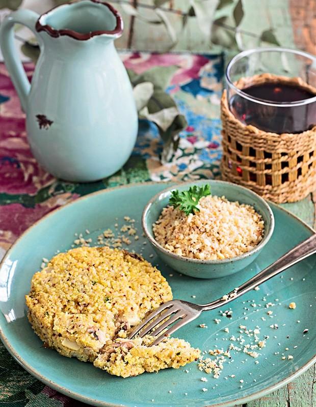 Hambúrguer de quinua e farofa de castanha (Foto: Elisa Correa/Editora Globo)